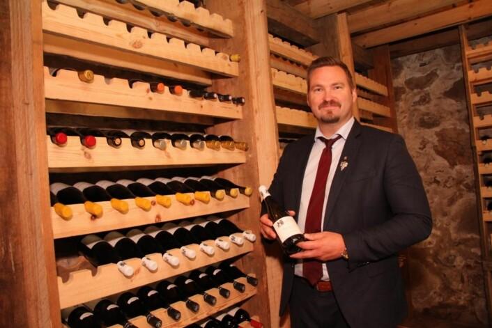 Dagfinn Galdal i vinkjelleren som er under oppbygning på Boen gård. (Foto: Morten Holt)