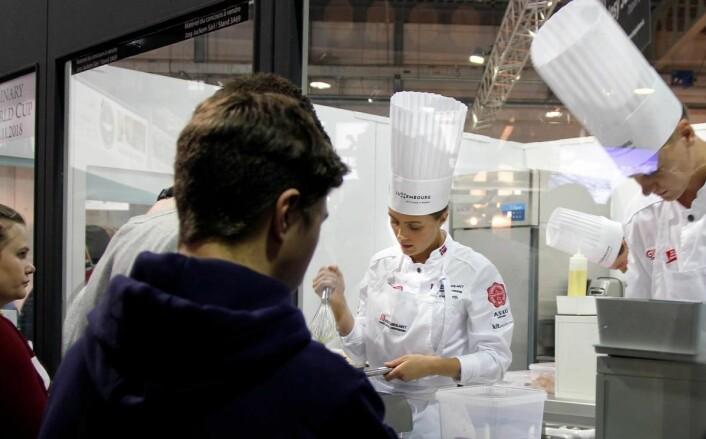Lærlingene ser juniorkokkelandslaget i aksjon under konkurransen i Luxembourg sist. I midten Runa Kvendseth, og til høyre nybakt vinner av Årets unge kokk, Aleksander L. Vartdal. (Foto: Sjo og Floyd)