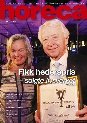Jan E Rivelsrud på forsiden av Horeca i 2014, da han ble tildelt bransjens høyeste utmerkelse, Horecabransjens Ærespris. Kristin Krohn Devold delte ut prisen.