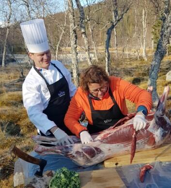 Landbruks- og matminister Olaug Bollestad var med på partering av slakt i Byrkije reinbeitedistrikt i Børgefjell. (Foto: Landbruks- og matdepartementet)