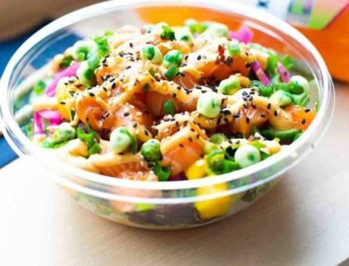 Poke Classic serveres med marinert rå laks, salat, mango agurk, syltet rødløk, vårløk, chilimajones, sesamfrø, wasabinøtter. Kunden velger selv ris, fullkornsris eller salat som base til retten.