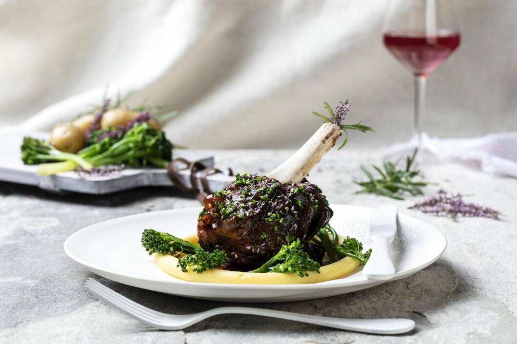 Braisert reinsdyrskank med potetkrem og brokkolini. (Oppskrift: Øyvind Bøe Dalelv/foto: Stian Broch)