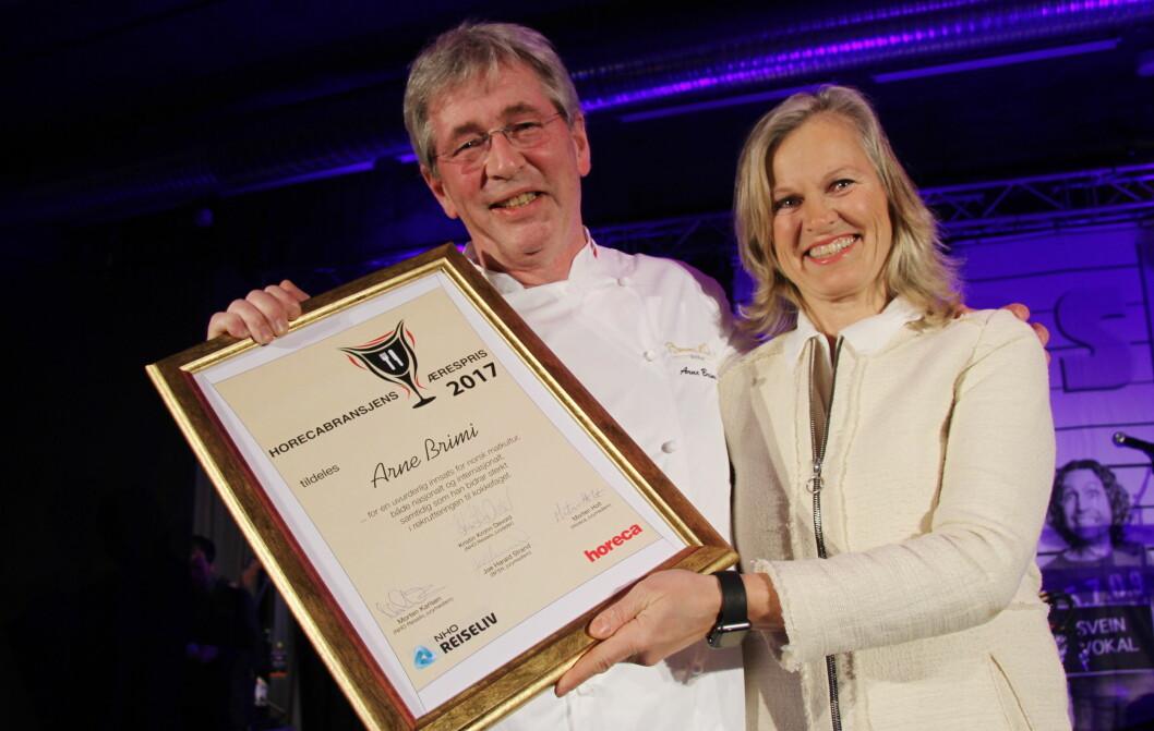 Arne Brimi fikk Horecabransjens Ærespris i 2017. Her sammen med juryleder og prisutdeler Kristin Krohn Devold. (Foto: Morten Holt)