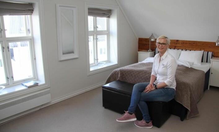 Hotelldirektør Therese Malmo i ett av rommene i Reymerts hus. (Foto: Morten Holt)