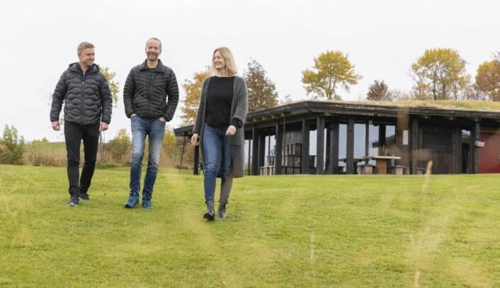 Eierne Håvard Gausen, Frode Sakshaug og Kristine Daling Sakshaug gleder seg til å se det nye hotellet vokse ut av bakken på Øyna. (Foto: Lena Johnsen).