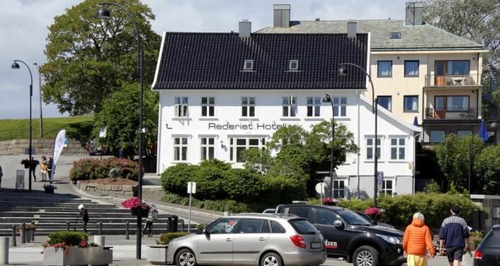Rederiet Hotell ligger sentralt i Farsund. (Foto: Morten Holt)