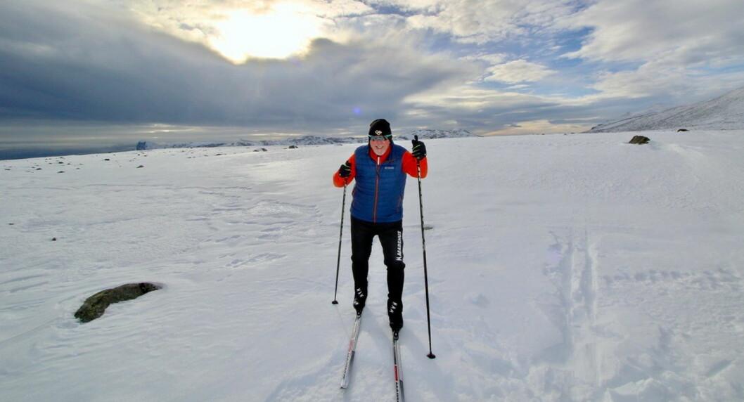 - Det er ikke kjørt opp løyper på Valdresflya ennå, men her er det natursnø, og det er fine minusgrader både i helga og neste uke, så det er fullt mulig for skientusiaster å få seg en skitur, sier PR-strateg BjørnB Jacobsen, som selv testet ski og føre på flya på sist torsdag. (Foto: DestinasjonsKirurgene)