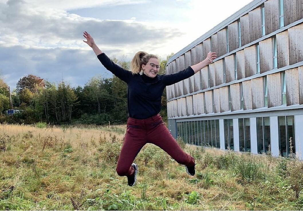 Biehotell-direktør Thea Emilie Giske er hoppende glad for at prosjektet er fullført. (Foto: Comfort Hotel Bergen Airport)