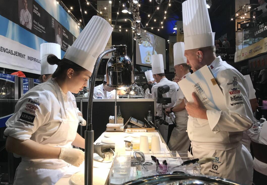Liliana Haaland (til venstre) skal representere Norge i S. Pellegrino Young Chef. Her er hun i aksjon i Årets unge kokk 2019. Til høyre coach Bjørn Hettervik. (Foto: Morten Holt)
