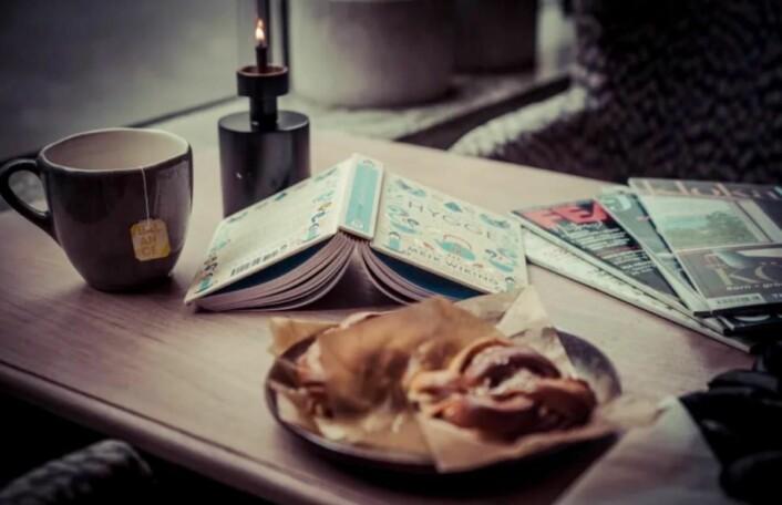 «Fika» hører med til skandinavisk hygge, og serveres på alle Clarion Collection-hotell på ettermiddagen før det dekkes opp til kveldsmat. Her får du alltid noe søtt og godt å bite sammen med kaffe eller din favoritt-te. (Illustrasjonsfoto: Clarion Collection)