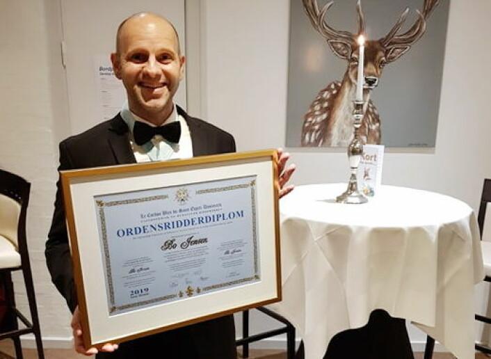 Bo Jensen med diplomet som viser at han er slått til ridder av ordenen «Le Cordon Bleu Saint Esprit Danemark». (Foto: Privat)