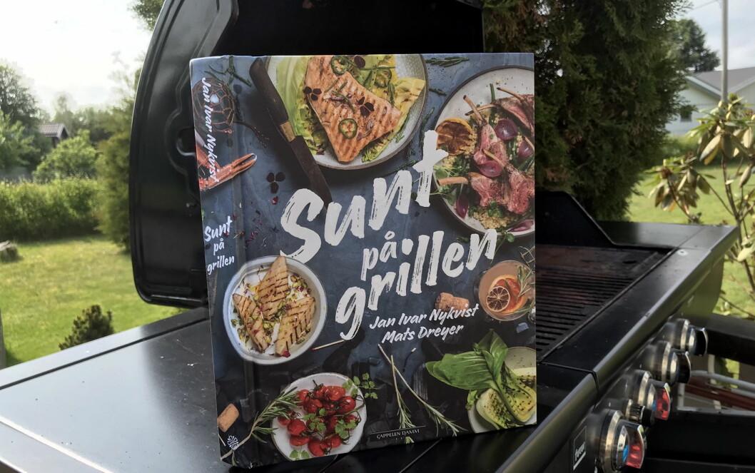 Sunt på grillen er en av fem kokebøker som kan bli årets beste kokebok i 2019. (Foto: Morten Holt)