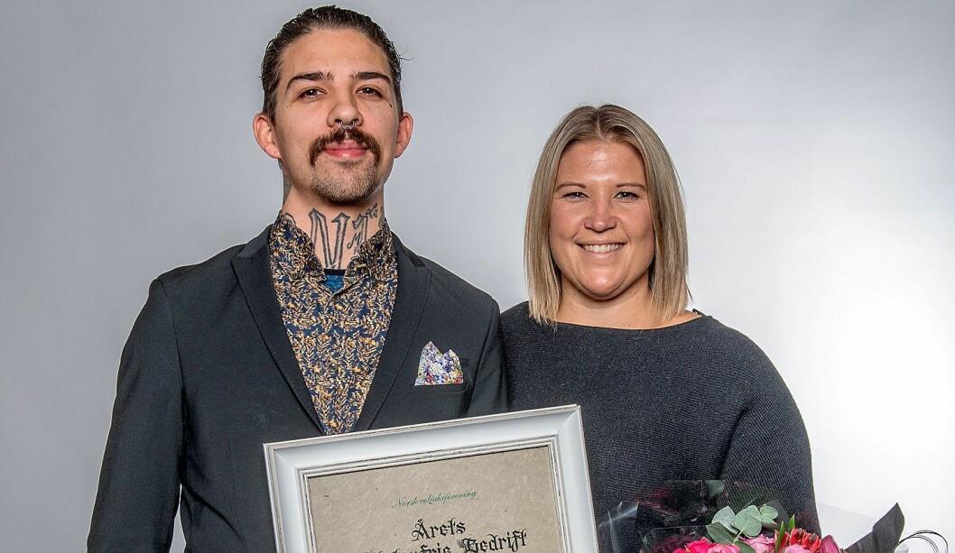 Hovmester Lene Marie Hansen og servitør og sommelier King Joey Nielsen tok imot prisen på vegne av Asia Aker Brygge. (Foto: Olav Urdahl)