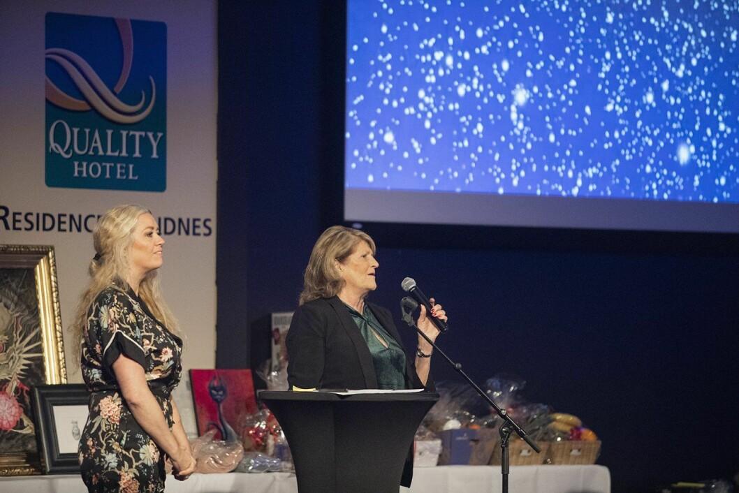 Weronicha Sikveland Haugsnes og Edith Sikveland under fjorårets julebord for vanskeligstilte. (Foto: Joachim Steinbru)