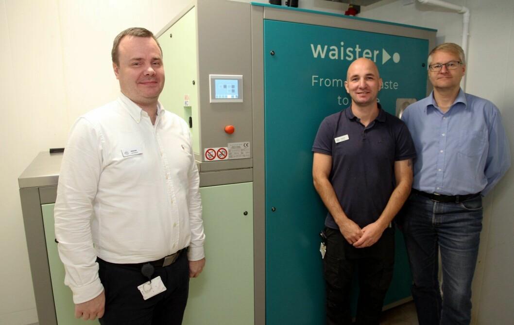 Fra venstre F&B-manager på Støtvig Hotel, Fredrik Lindgren, teknisk sjef Ragnar Riordan og Hallstein Baarset fra Waister AS. (Foto: Morten Holt)