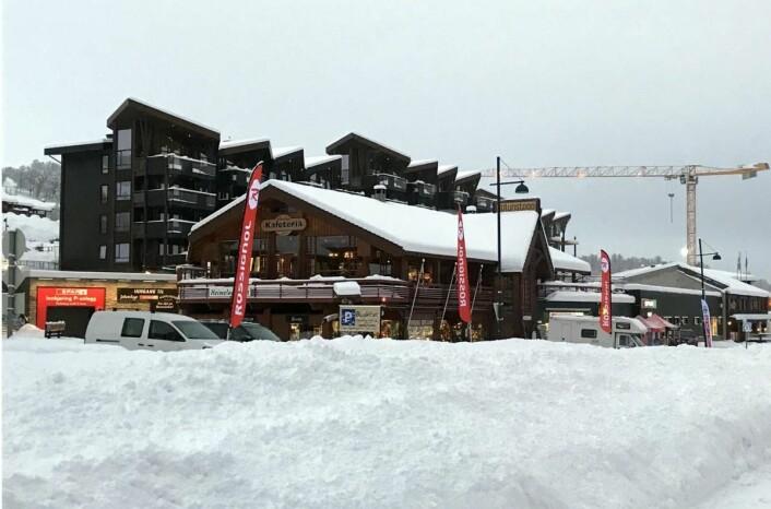 Det ligger allerede godt med snø på Beitostølen. Her fra sentrum, der byggearbeidene pågår for fullt. (Foto: Morten Holt)