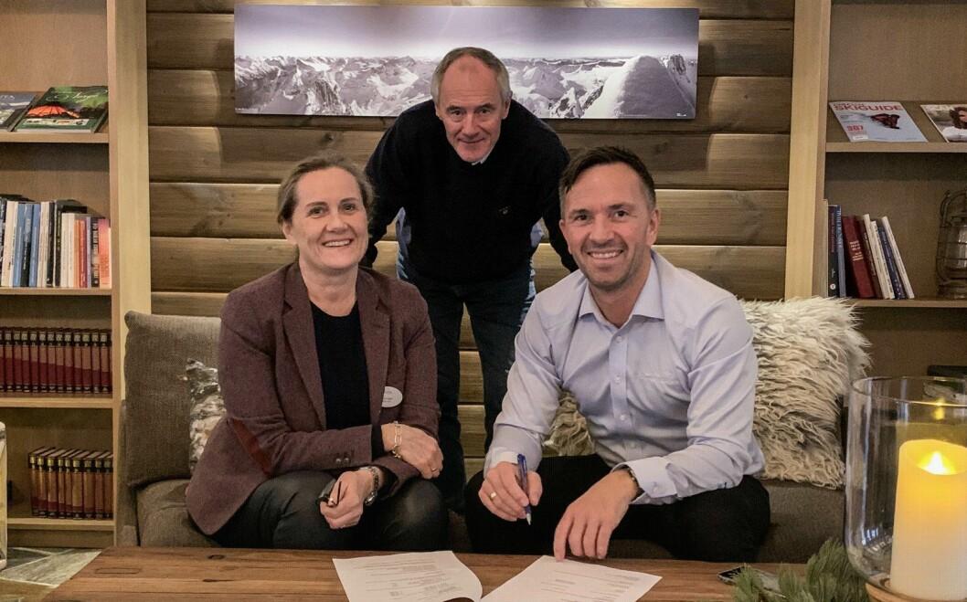 Hotelldirektør på Sagafjord Hotel, Wenke Gjørtz (fra venstre), Jon Ketil Gjørtz og administrerende direktør i Classic Norway Hotels, Terje Hatlen-Stokke. (Foto: Sagafjord Hotel)