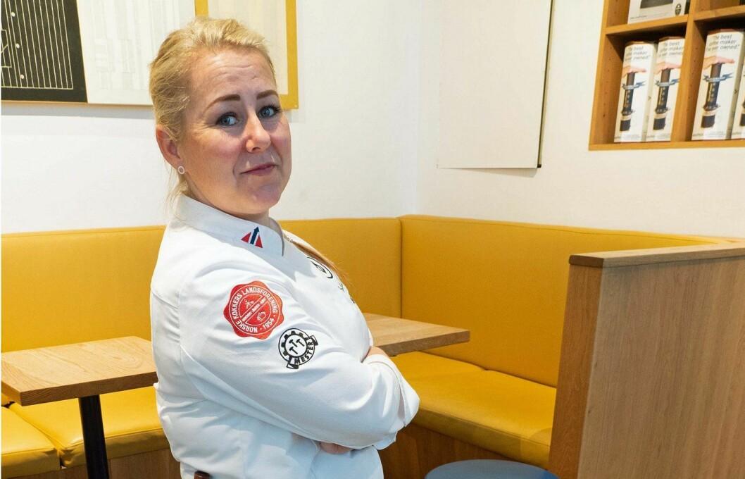 Silje Merethe Fossnes beskytter gjestene mot bakterier og kokkene mot kniver og brann. Her har hun tatt på seg både kniv og forstykke. (Foto: Georg Mathisen)