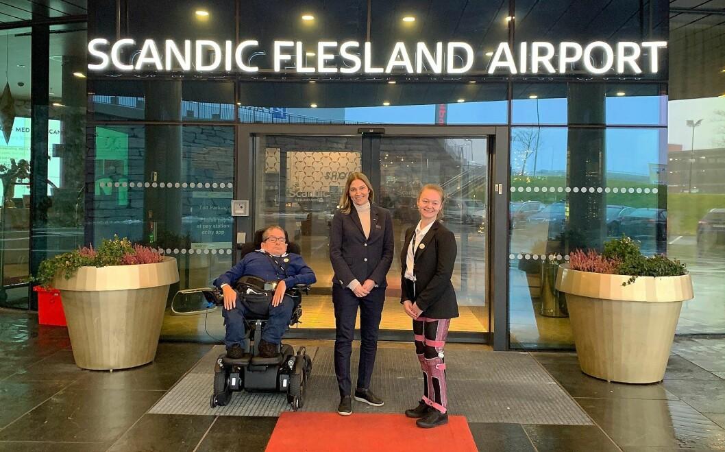 Ove Strømme (fra venstre), hotelldirektør på Scandic Flesland Airport, Birte Hevrøy, og Rikke Ullmann. (Foto: Scandic Hotels)