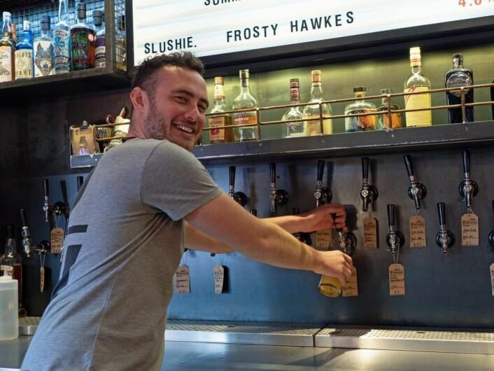 Niall Tease tapper både kjent og eksperimentelt øl på bryggeripuben Dog Tap. (Foto: Georg Mathisen)