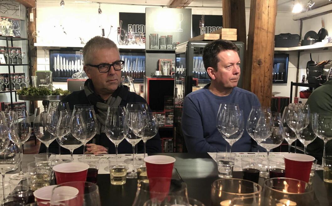 Rune Skjerdal, Culina Bergen og Lasse Nordbø, Culina Fredrikstad følger interessert med når Hilde Bugge i Sundqvist forteller om Riedel og hva som gjør disse glassene så spesielle. (Foto: Culina)