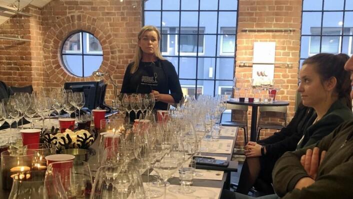 Hilde Bugge gir opplæring og forklaring på hva som gjør Riedel glassene så bra. (Foto: Culina)