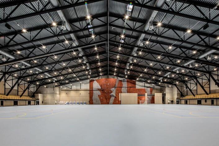 Hallen kan deles i fire, med nedsenkbare skillevegger som muliggjør parallelle arrangementer og aktiviteter. Multihallen har en gulvflate på ca. 8000 kvadratmeter. (Foto: Oslofjord Convention Center)