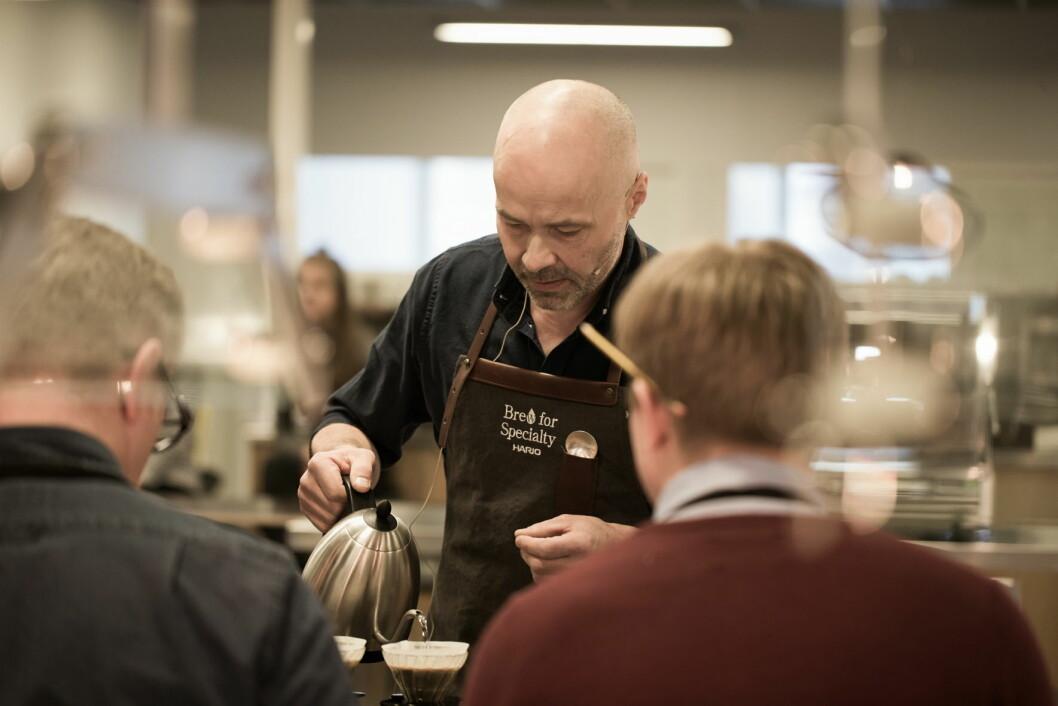 Kaffe-NM arrangeres på Smak 2020. Her er tidligere VM-vinner i World Brewers Cup, Odd-Steinar Tøllefsen, i aksjon. (Foto: Agnor Bertheussen, arkiv)