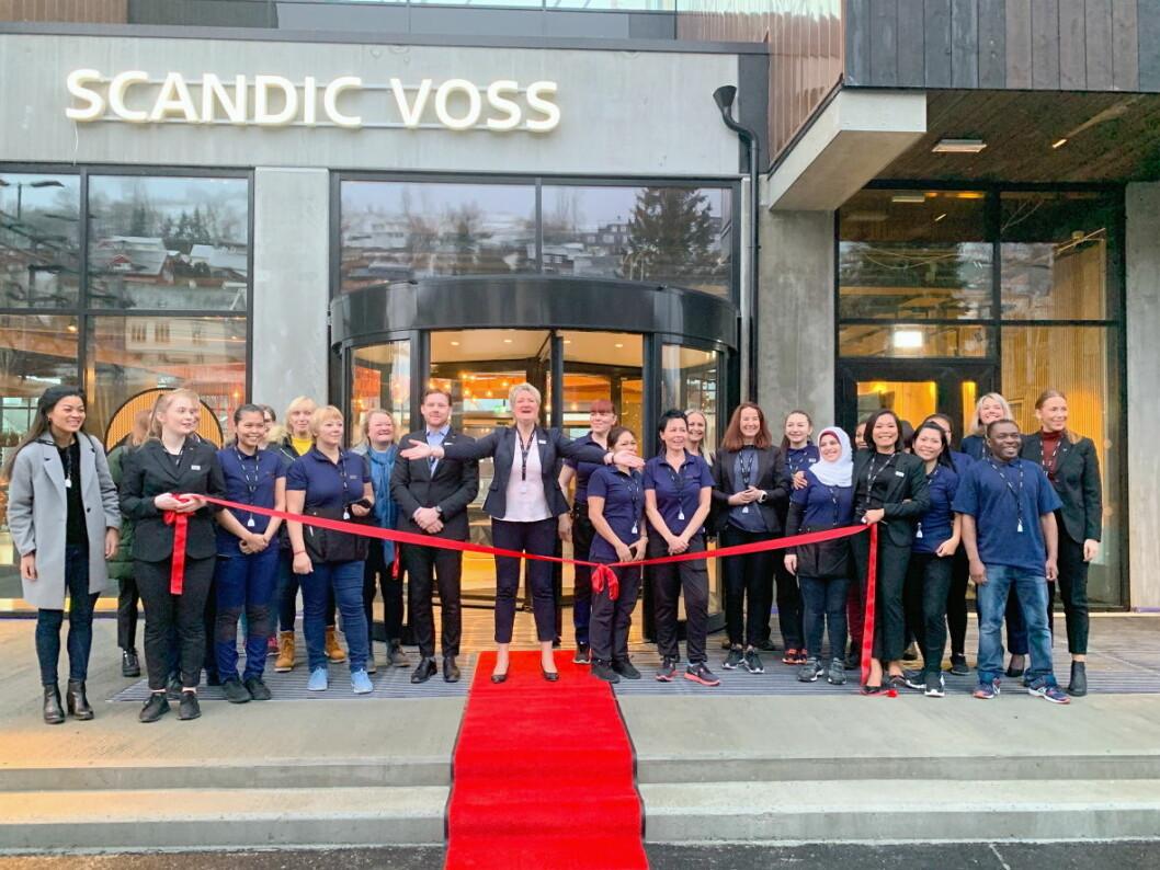 Scandic Voss har åpnet. Her er hotelldirektør Berit Lunde og mange av de ansatte under åpningen. (Foto: Scandic Hotels)