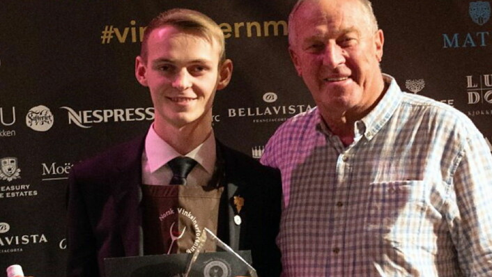 Nicolai Haram Svorte, som jobber ved Restaurant Under, vantjuniorklassen («Junior Wine Awards») i Norsk Vinkelnermesterskap. (Foto: Arrangøren)