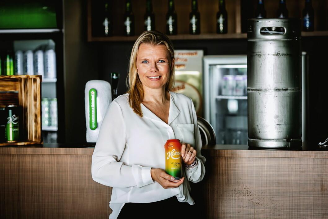 Merkevaresjef for Hansa, Ann-Therese Samuelsen med knallsuksessen Hansa Mango IPA i hånden. (Foto: Hansa Borg)