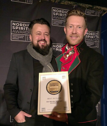 Eksportsjef i Det Norske Brenneri, Jarle Nereng, mottok gullmedaljen og prisene til Arvesølvet Aquavit fra arrangør Lars Bjerregaard iNordic Spirits Award. (Foto: Det Norske Brenneri)