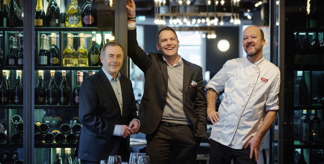 I disse dager kan denne trioen feire Bølgen & Mois 25-års-jubileum, her foran restauranten på Gimle. Fra venstre: Harald Berger, Toralf Bølgen og Trond Moi. (Foto: Bølgen & Moi)