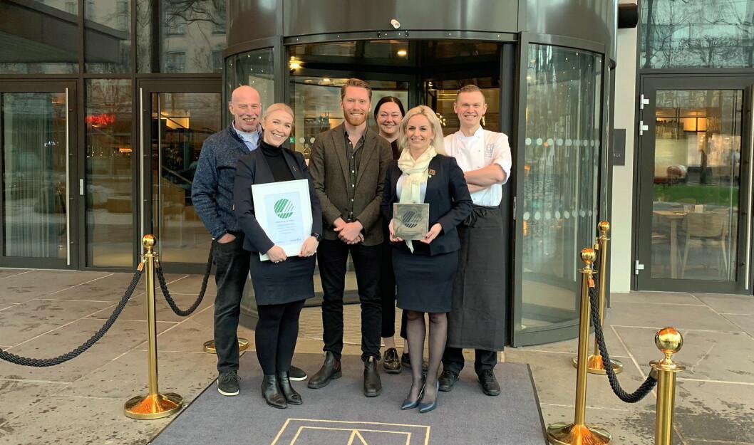 Svanemerket til Hotel Norge by Scandic med hotelldirektør Lise Solheim i spissen. (Foto: Scandic Hotels)