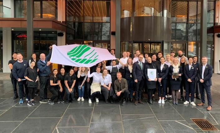 Mange av de ansatte samlet foran hotellet i forbindelse med tildelingen av Svanemerket tirsdag 11. februar. (Foto: Scandic Hotels)