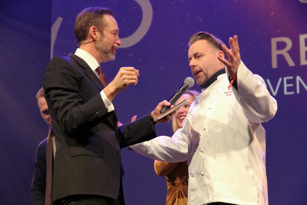 To stjerner til Re-Naa. Her Sven Erik Renaa med konferansier Thomas Giertsen. I bakgrunnen Torill Renaa. (Foto: Morten Holt)