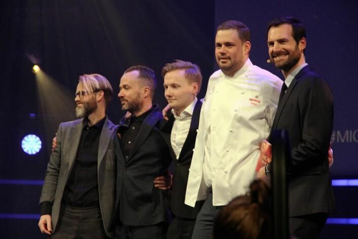 Første stjernerestauranten i Bergen: Bare. Her er Kristian Vangen (nummer to fra høyre) sammen med de andre fra restauranten som mottok stjernen. (Foto: Morten Holt)