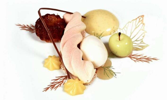 Det norske kokkelandslaget serverte denne desserten da de konkurrerte i kategorien Chefs Table i OL i kokkekunst i Stuttgart, 2020. Den bestod av epler fra Hardanger, rømme, yuzu, hvit sjokolade og mandler, og stod altså til gull. (Foto: Eirik Nilssen, Matbyrået Impuls)<br />&nbsp;