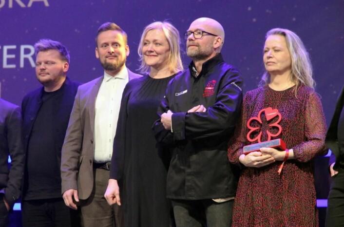 Heidi Bjerkan (midten) og Credo beholdt stjernene. Rasmus Munk (til venstre) og Alchemist i Danmark fikk to, mens svenske Oaxen Krog med Magnus Ek i spissen fikk bærekraftsprisen, som Credo fikk i 2019. Oaxen har også to stjerner i guiden. (Foto: Morten Holt)
