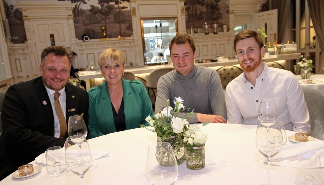 Hotelldirektør på Britannia Hotel, Mikael Forselius (fra venstre), Giske Helene Daviknes og Ole Henrik Eftedal (begge fra 2080) og Niklas Norrheim. Sistnevnte er 2080s bindeledd mot produsentene ute i Europa. (Foto: Morten Holt)