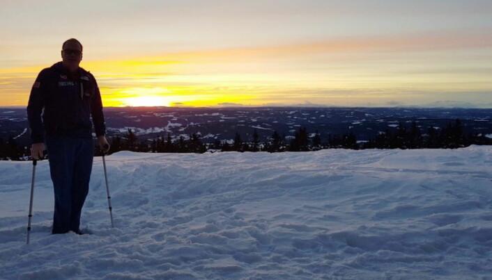 Johannes Nermo foran sin nye utsikt – foran restaurant Vidsyn, med utsikt ned mot dalen og fjellene i vest. (Foto: Nermo Hotell/Alpinco)