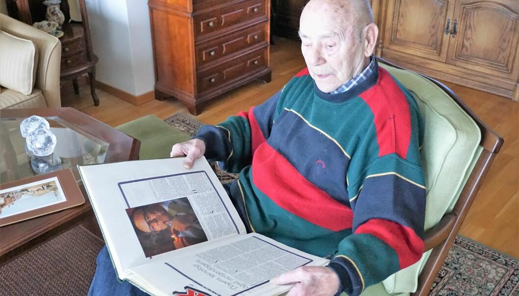Arne Dalseng intervjuet Per Walter Larsen i 2018. Her leser han en artikkel i Storkjøkken (Horeca), skrevet om han av Odd H. Vanebo i forbindelse med 25-årsmarkeringen i 1985. (Foto: Arne Dalseng)
