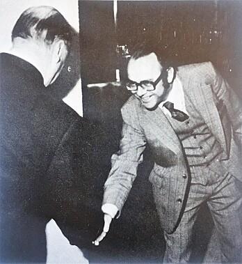 Fra Storkjøkken nr. 5 i mai 1973. Kong Olav hilser på Per Walter Larsen på Pewal Catering Utstyr sin stand på Nor-Shipping`73 på Sjølyst. (Faksimile fra Storkjøkken/Horeca)