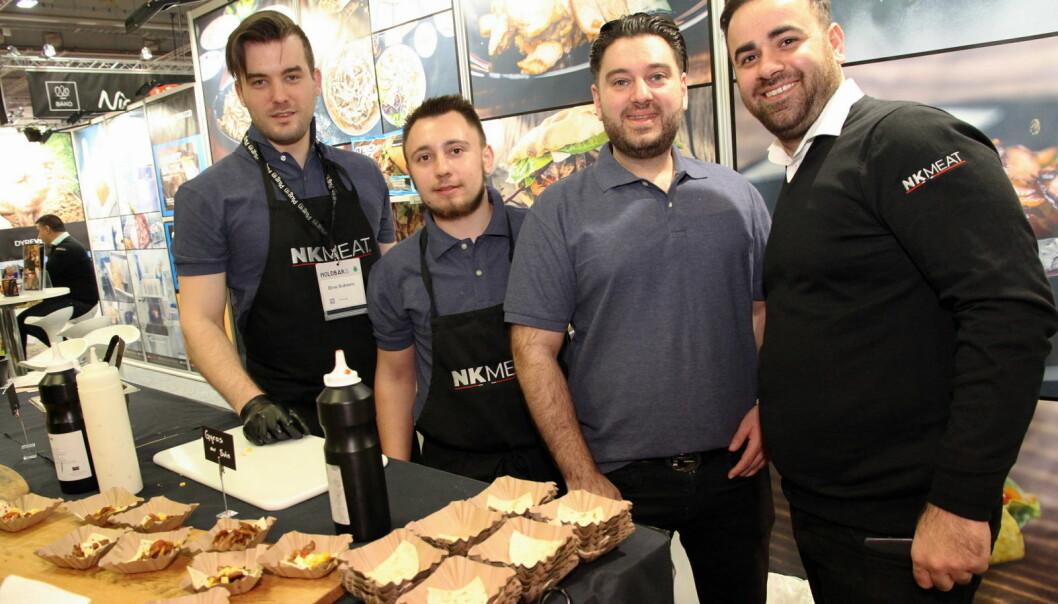 NK Meat har suksess med sin gyros-servering. Fra venstre Dino Subasic, Eduard Ursu, Jacob Hanna og Akram Yonan. (Foto: Morten Holt)