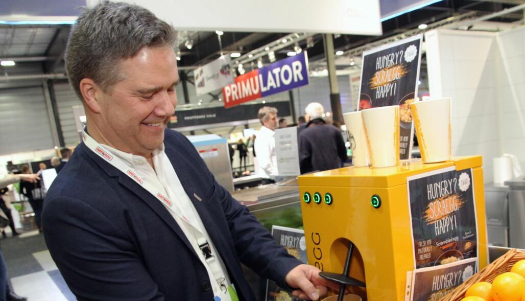 Øivind Brandt viser hvordan nyskapningen Scrægg fungerer. (Foto: Morten Holt)