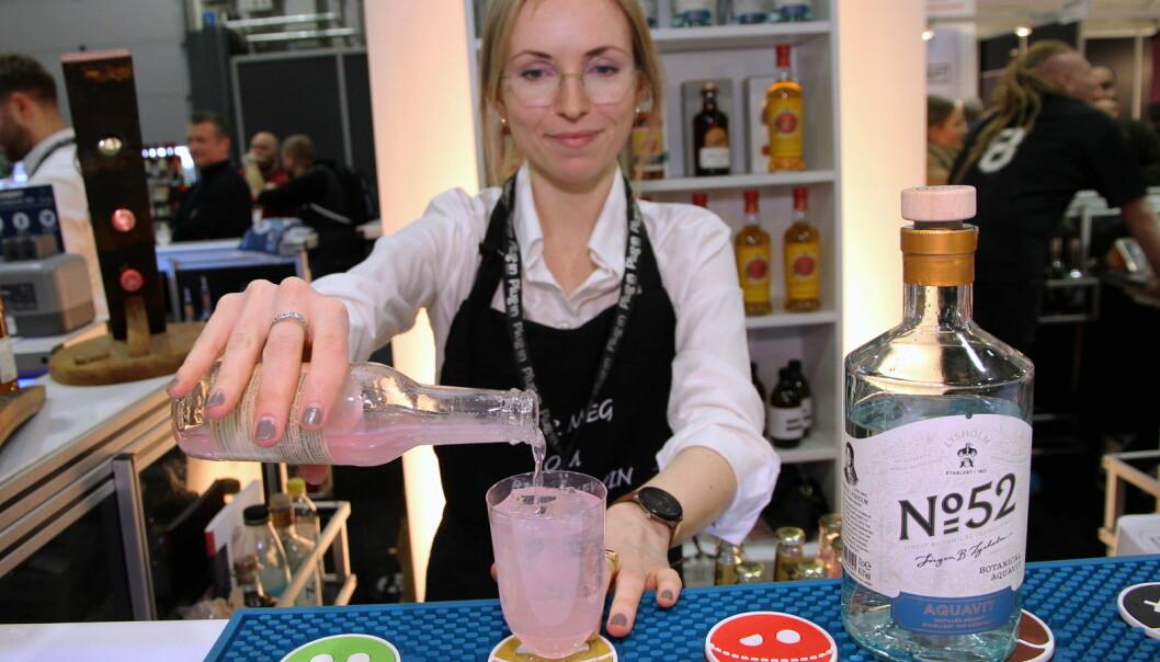 Juno Solhaug hos Arcus står for serveringen. (Foto: Morten Holt)