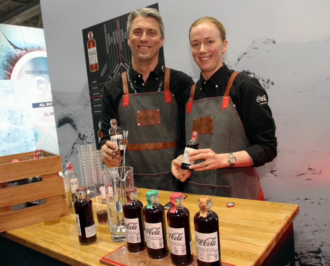 Anders Aarø Lundgren og Ida Maartmann hos Coca-Cola presenterer nyskapende Coca-Cola-siruper for barer. (Foto: Morten Holt)