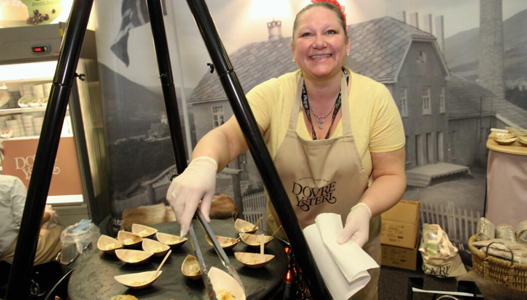 Katharina Sandberg Lund fra OsteCompagniet serverer varm ost fra Dovre Ysteri. (Foto: Morten Holt)