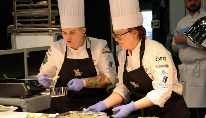 Eline Sofie Sunde (til venstre) og Emilie Søbakken Rustad fra Hotel Bristol i Oslo sikret bronsemedaljen i Årets grønne kokk 2020. (Foto: Morten Holt)
