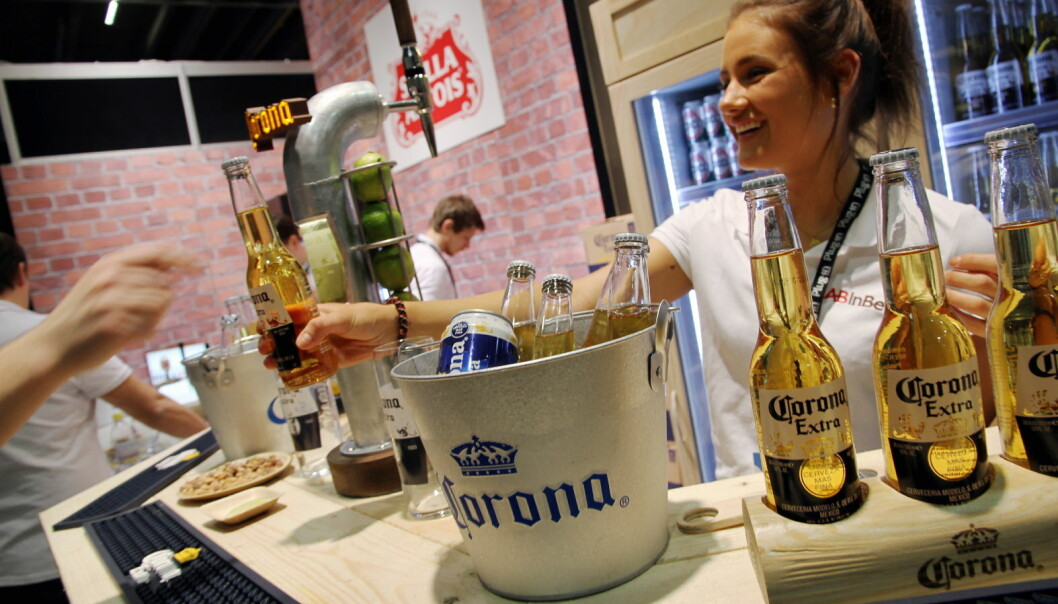 Amanda Simonsen Lange serverer Corona (AB Inbev) i disse korona-tider. (Foto: Morten Holt)